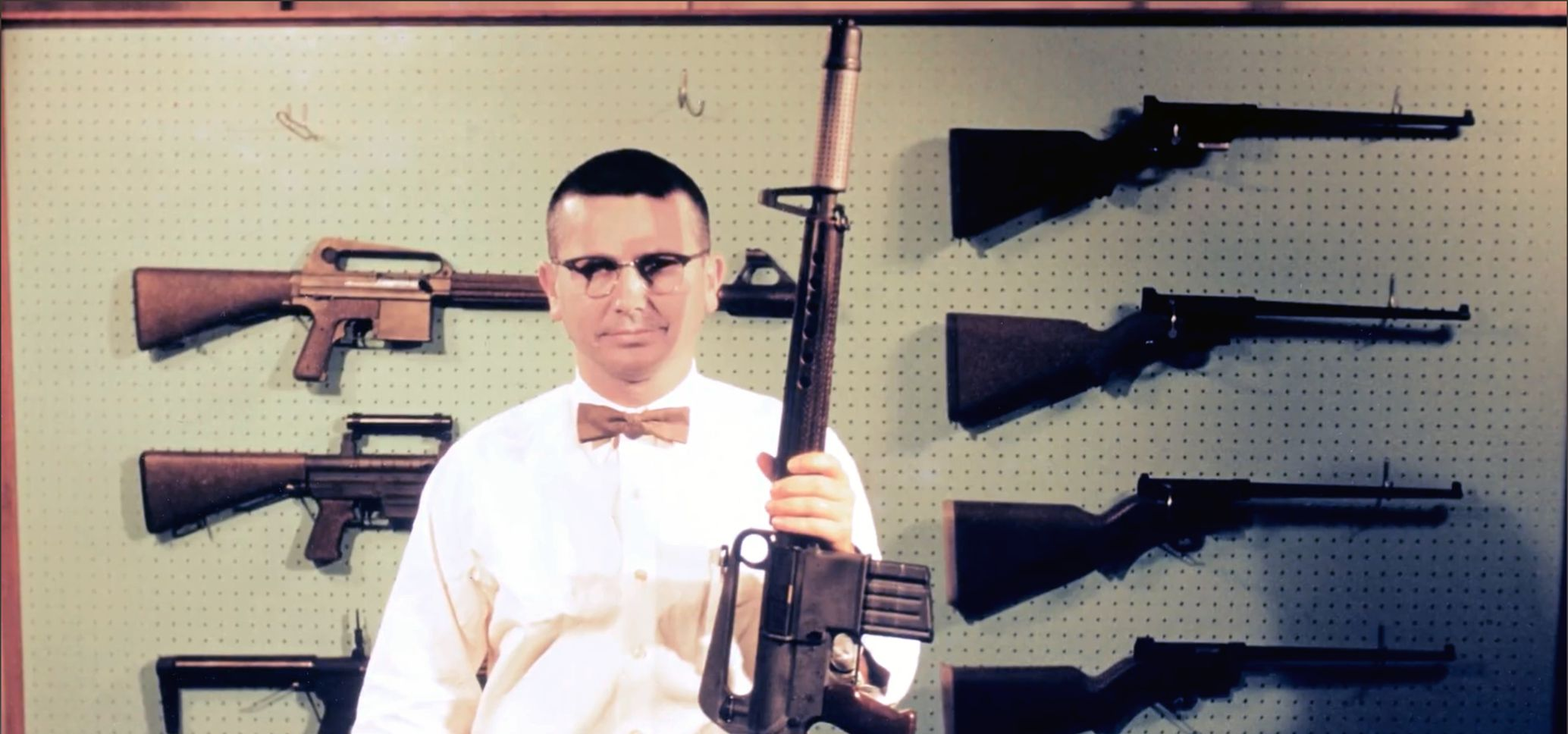Eugene Stoner avec un fusil AR-10 et des variantes du fusil de survie AR-5
