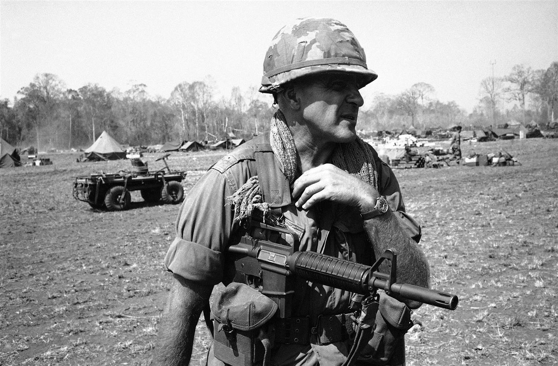 Photo du colonel Robert Sigholtz qui tient un AR15