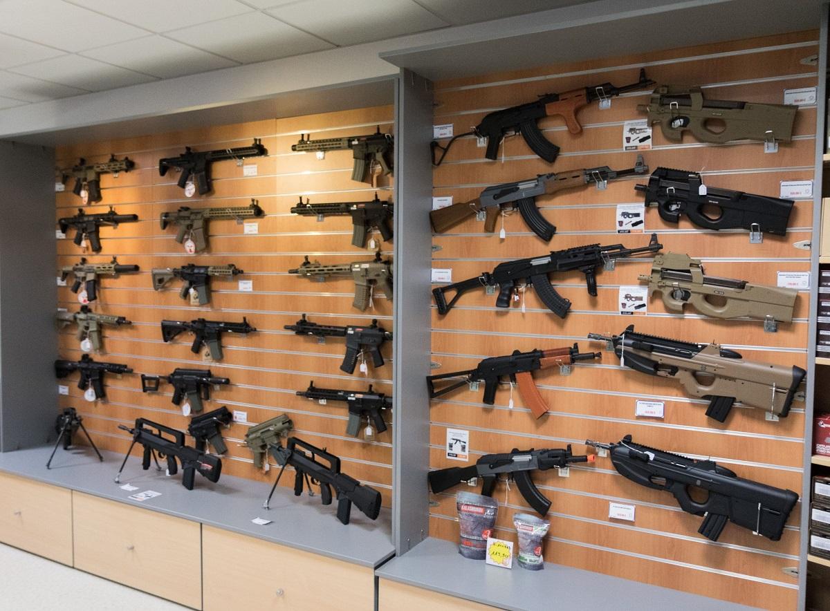 Des répliques d'armes sur étagères de présentation