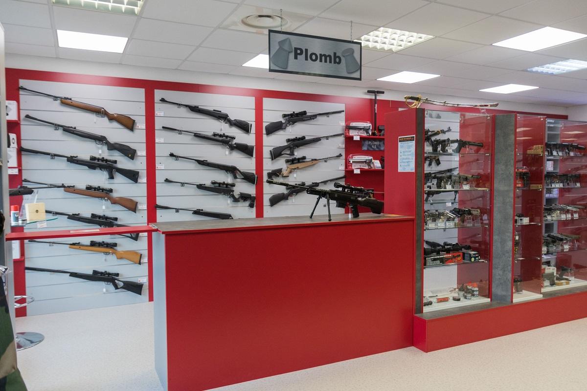 Vitrine de présentation de répliques d'armes chez Gun Evasion