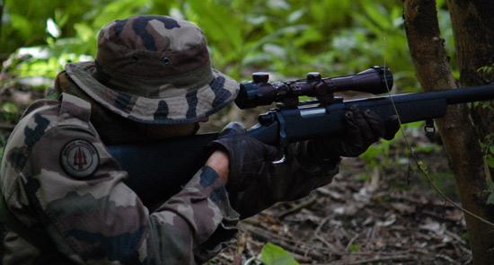 Joueur Airgun en train de viser lors de tirs de loisir Airsoft